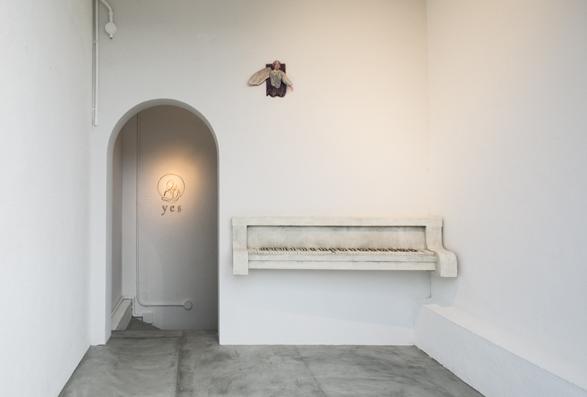 静かな寺町の地蔵坂に沿う、白いピアノが目印の美容室です